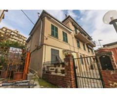 Genova Certosa vendesi appartamento di 60 mq, con due camere da letto, ingresso indipendente e bel b
