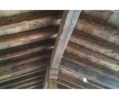 Vecchie travi in legno stagionato