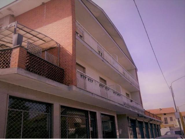 In vendita unico locale  plurivetrinato ad uso commerciale, laboratorio, terziario a Montanaro (Tori