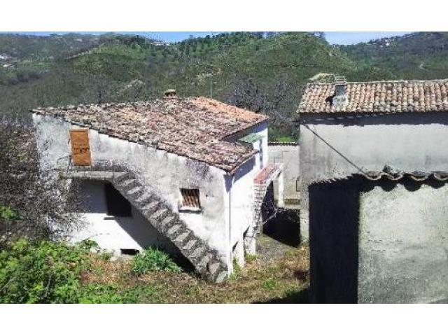 Casa di abitazione con magazzini e terreno