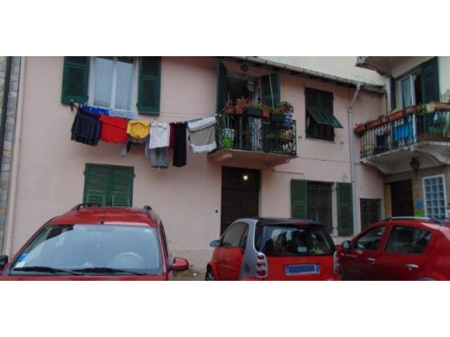 Casa semindipendente con posto auto e giardinetto