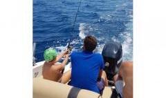 Barca battuta di pesca traina bolentino jigging