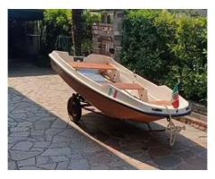 Barca a remi con attacco per piccolo motore